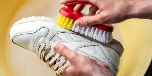 Cara Membersihkan Sol Menguning Pada Sepatu